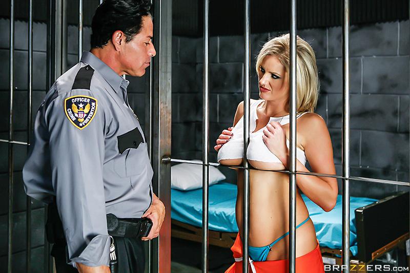 سكس فى السجن شرموطة مسجونة تتناك من الضابط